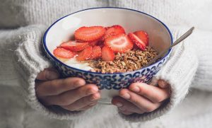 mindful_eating_yoghurt-starwberries